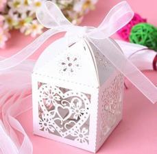 ajándékdoboz összehajtható: filigrán fehér szives