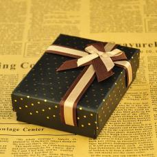 ajándékdoboz: sötétbarna pöttyös