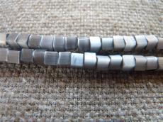 macskaszem kocka gyöngy 4 x 4 mm: szürke 20 db
