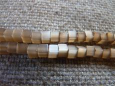 macskaszem kocka gyöngy 4 x 4 mm: barna 20 db