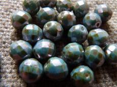csiszolt gyöngy 8 mm: barnáskék lüszteres telt fehér 20 db