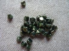 dupla lyukú kicsi préselt pyramid metál zöld lüszteres 10 db