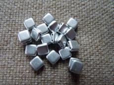 Dupla lyukú préselt négyzet matt metál ezüst 20 db