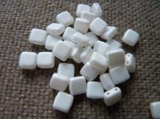 Dupla lyukú préselt négyzet pastel matt fehér 20 db