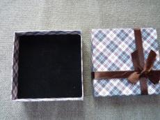 ajándékdoboz: barna kockás
