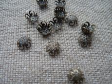 gyöngykupak: 10 mm filigrán csigás antik réz színű 20 db