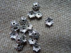 gyöngykupak: 8 mm antik ezüst színű kis virágos 20 db