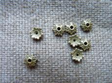gyöngykupak: 8 mm antik réz színű kis virágos 20 db