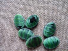 ovális préselt gyöngy: selyemcukor-sötétzöld 1 db