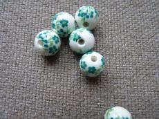 porcelán gyöngy zöld apró virágos 10 mm