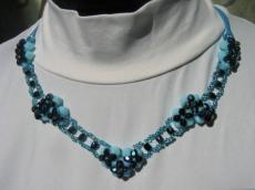 kék-fekete V alakú nyakék