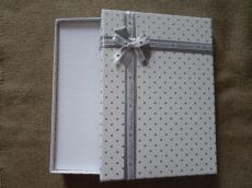 ajándékdoboz nagy: fehér pöttyös