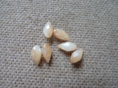 csepp alakú csiszolt medál: opál fehér világos wax