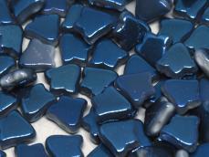 kétlyukú bell gyöngy: telt fehér metál sötétkék bevonattal 10 db