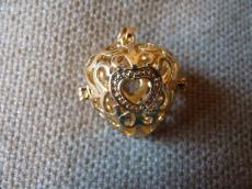 Angyalhívó medál szív alakú filigrán arany színű