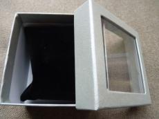 ajándékdoboz karkötőhöz: párnás ablakos metál ezüst