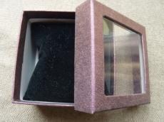 ajándékdoboz karkötőhöz: párnás ablakos metál bordóslila