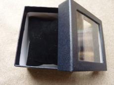 ajándékdoboz karkötőhöz: párnás ablakos fekete